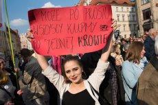 """Barbara Balicka podczas demonstracji  pod hasłem """"Wrocław wspiera nauczycieli""""."""