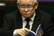 """Jarosław Kaczyński otrzymał jubileuszową nagrodę plebiscytu """"Serce dla Zwierząt""""."""