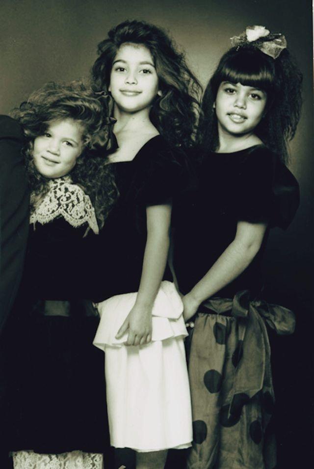 Archiwalne zdjęcie rodzinne Kim Kardashian. U jej boku Kourtney oraz Khloe.