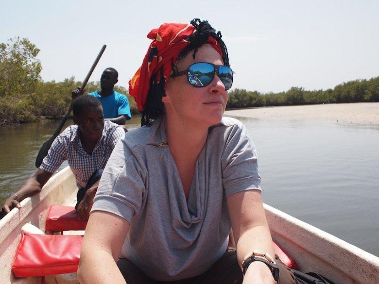 Pływamy pirogą wśród mangrowców na dopływie rzeki Gambii.