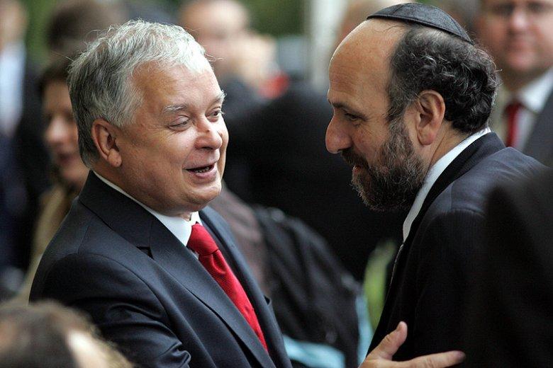 Prezydent Lech Kaczyński rabin Michael Schudrich podczas uroczystości w Warszawie w 2007 roku.