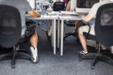 Niestety panowie, według savoir-vivre nie powinniśmy nosić do pracy krótkich spodni.