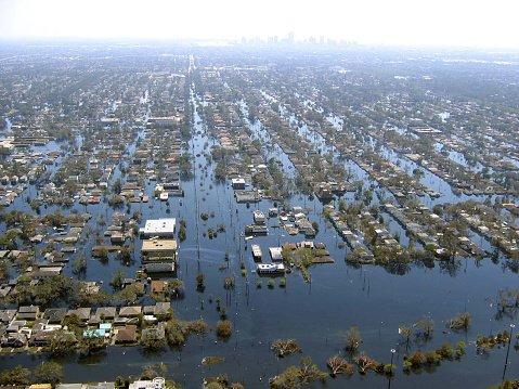Obraz zniszczeń i zalane tereny wokół miasta.