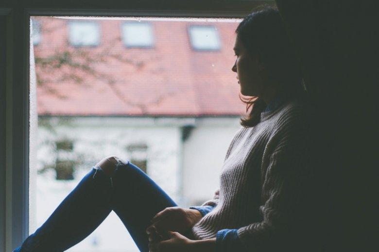 To otoczenie często wymaga od wdowy, aby ta przeżywała stratę w ciszy