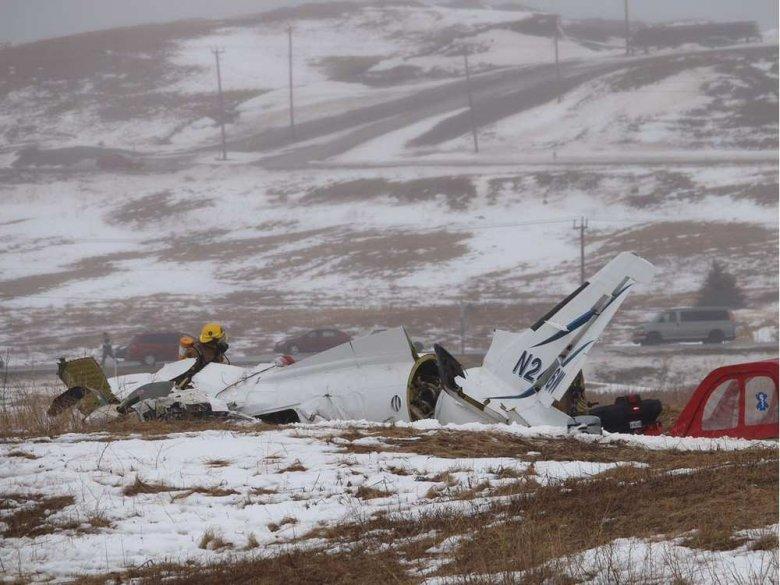 Wrak samolotu Mitsubishi MU2B, który spadł 29.03.2016 100 m od krótkiego pasa na wyspie Magdaleny w kanadyjskim Quebecu