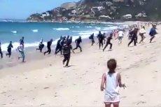 Uchodźcy rozlali się po całej plaży.