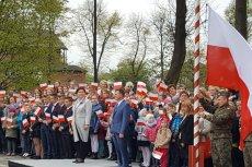 Szydło świętuje Święto Flagi, KOD pyta o referendum w sprawie reformy edukacji.