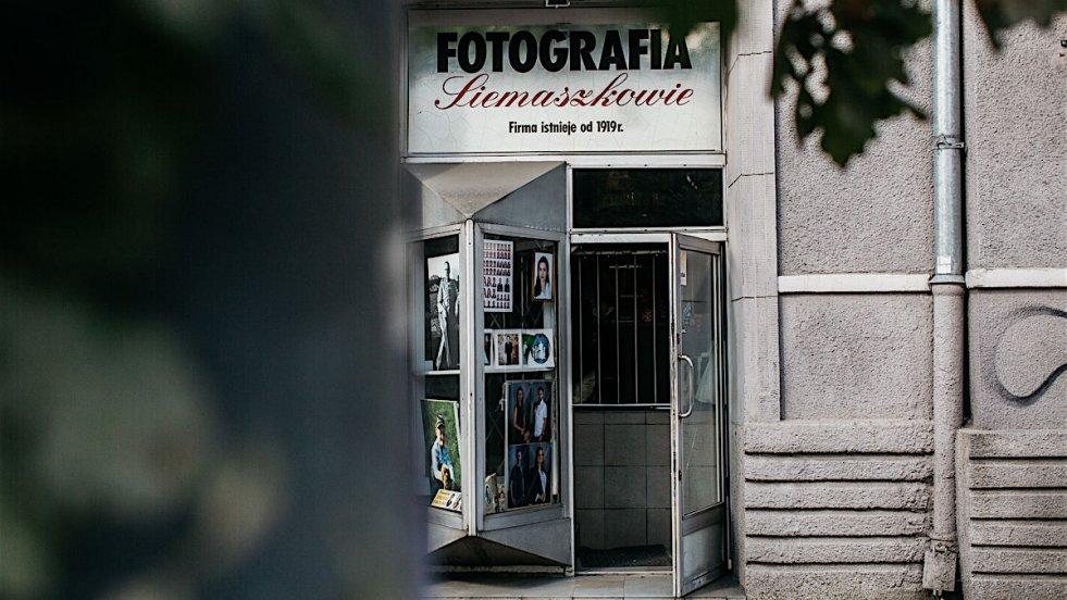 Zakład fotograficzny Siemaszków znajduje się przy Placu Narutowicza, na ul. Grójeckiej 40