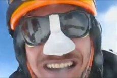 Na zdjęciu - Adam Bielecki na szczycie K2 6 lat temu, w lipcu 2012 r. Teraz trwa próba pierwszego zimowego zdobycia szczytu.