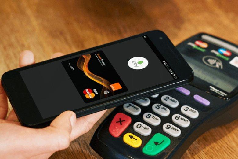 Android Pay to usługa, która po dodaniu karty obsługującego tę usługę banku, umożliwia robienie zakupów jedynie przy pomocy telefonu
