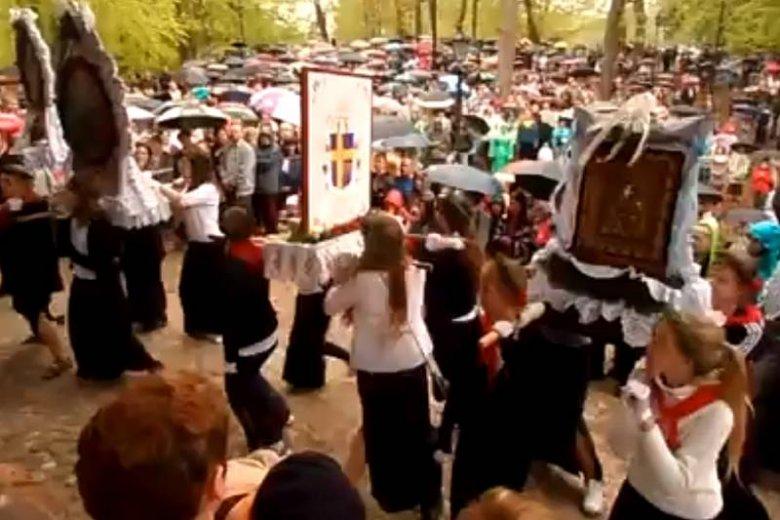 """Filmik z """"tańczącymi obrazami"""", który stał się hitem i wywołał """"bekę z katoli""""."""
