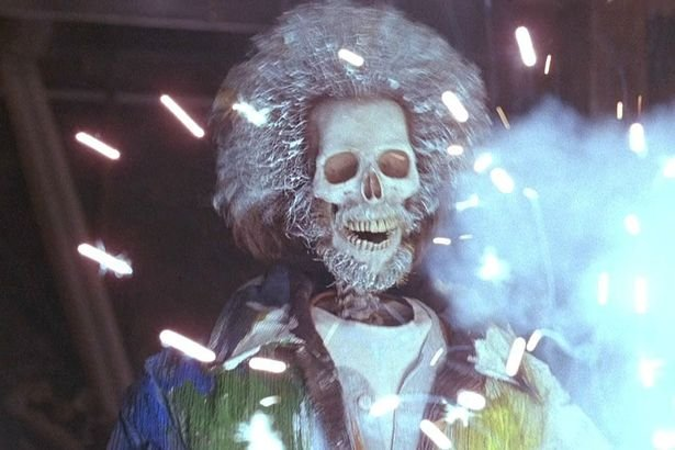 Nieśmiertelny Marv usmażony przez prąd.