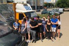 Uczniowie z warszawskiego liceum Witkacego zakleili drastyczny billboard organizacji anti-choice.