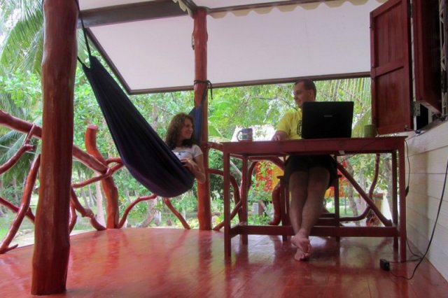 """Życie jak w Mad.... w Tajlandii. Kupili bilety w jedną stronę i zamieszkali na azjatyckiej wyspie. """"To dla nas raj"""""""