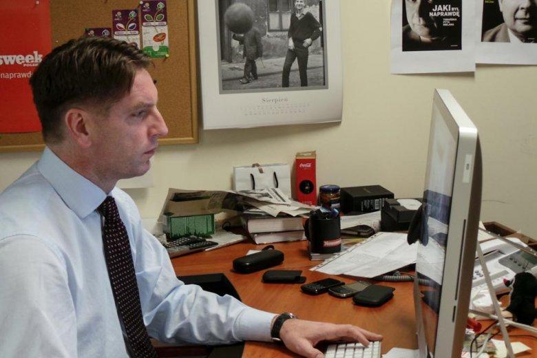 Tomasz Lis podczas pisania wstępniaka do tygodnika Newsweek