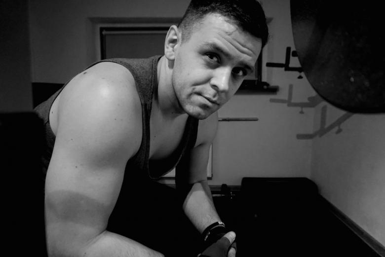 Tomek regularnie ćwiczy.