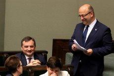 """Wiceminister Łukasz Piebiak podał się do dymisji, ale to nie kończy afery z """"farmą trolli""""."""