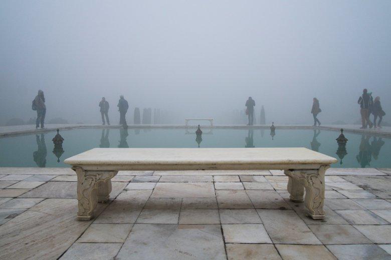 Zdjęcie, jakie wykonał Oliver Curtis, gdy skierował obiektyw aparatu w przeciwnym kierunku w stosunku do indyjskiego mauzoleum Tadź Mahal