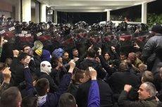 Protesty w Serbii przybierają na sile. Demonstranci starli się z policją w siedzibie państwowej telewizji.
