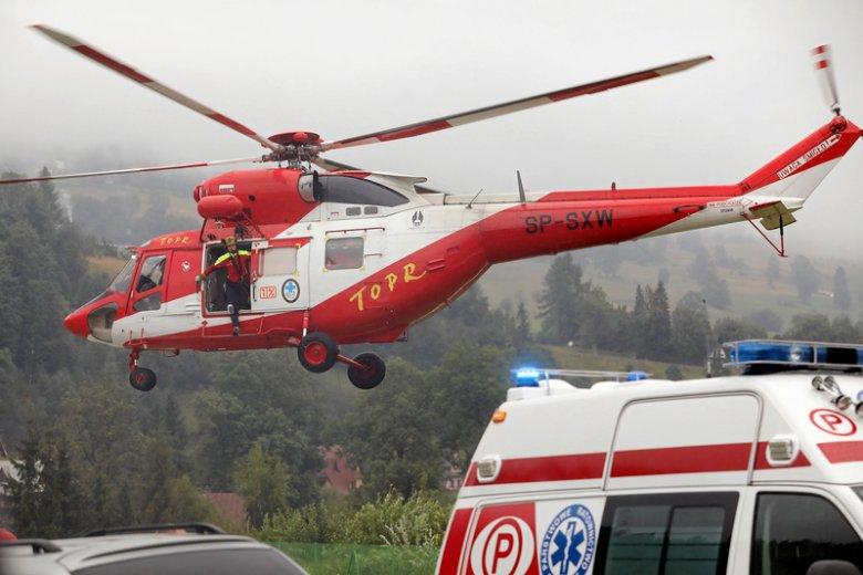 Pomocy poszkodowanym udzielają m.in. ratownicy TOPR-u.