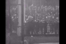 Nagranie z monitoringu rosyjskiej ambasady pokazuje atak na jej bramę podczas Marszu Niepodległości.