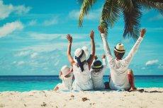 Jakie kierunki na rodzinne wczasy za granicą są dziś w modzie? Portal Turystyczny Wakacje.pl podaje, że największą popularnością wśród rodzin w Polsce cieszy się Grecja, Turcja, Egipt, Bułgaria i Hiszpania