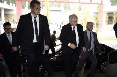 Prawicowi publicyści sami obalają mit o nieomylności prezesa PiS. Czy Jarosław Kaczyński wożony limuzyną i otoczony ochroniarzami traci kontakt z wyborcami?
