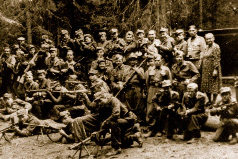 """Oddział ochrony sztabu zgrupowania Józefa Kurasia ps.""""Ognień"""", Gorce, lato 1946 r."""