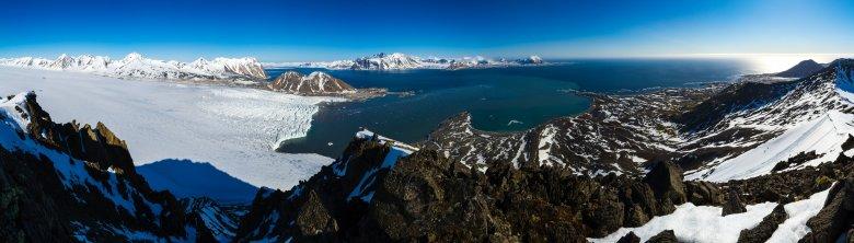 Widok ze szczytu Fugleberget na fiord Hornsund. Po lewej Lodowiec Hansa