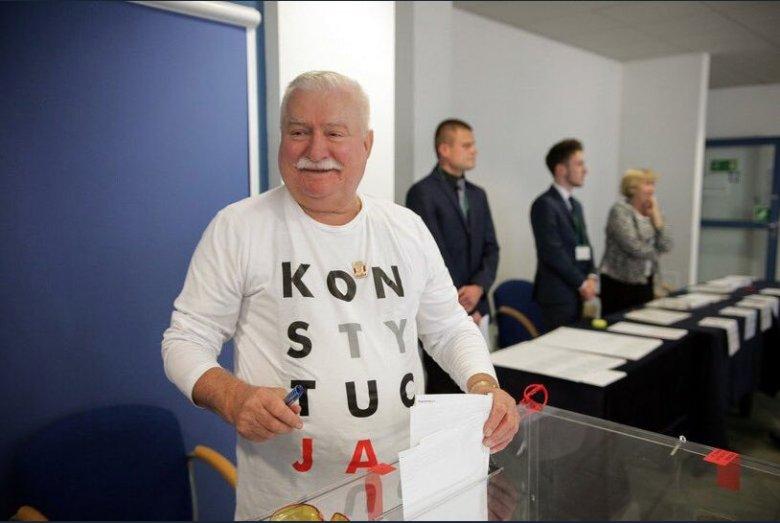 Lech Wałęsa w lokalu wyborczym w Gdańsku podczas I tury wyborów samorządowych.