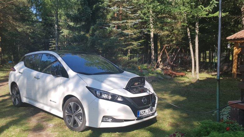 Kolejne zdjęcie pokazujące ładowanie samochodu. To nie przypadek – Leaf więcej czasu spędza podpięty do gniazdka niż na drodze.