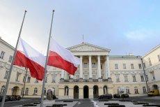 Na znak żałoby narodowej flagi w całym kraju są opuszczane do połowy masztów.