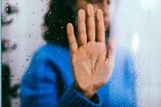 Karina czuje się niezrozumiana. Jej znajomi kojarzą nerwicę natręctw z częstym sprzątaniem.
