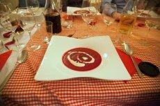 Krem z buraków z emulsją z koziego sera, zaserwowany na kolacji wydanej przez Kolektyw Kulinarny