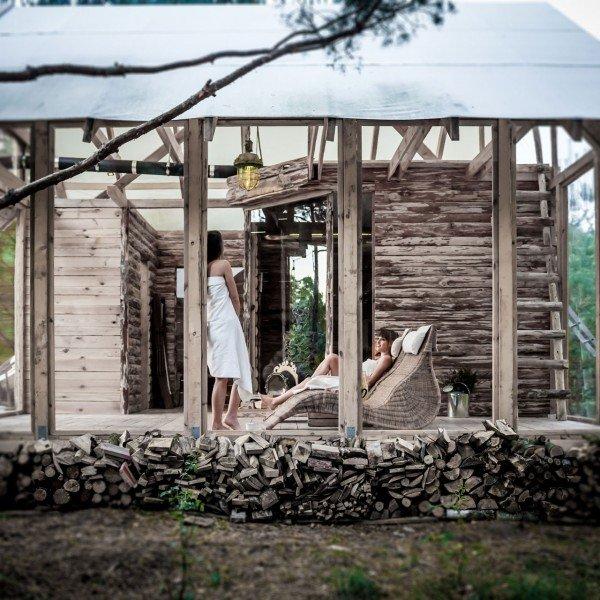 Osadzona na wzgórzu z widokiem na las, przeszklona sauna z oryginalnym piecem opalanym drewnem.