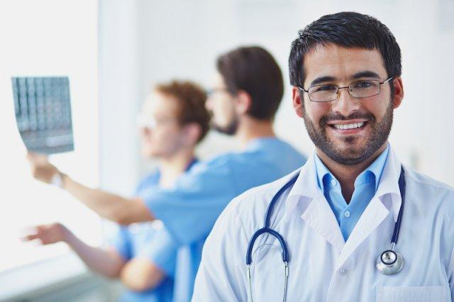 Biały kitel podnosi autorytet lekarza. Zapewniając swoim pracownikom odpowiedni strój, możesz zwiększyć ich wiarygodność isiłę przekonywania.