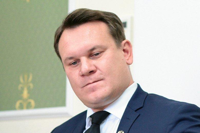 Dominik Tarczyński zdobył mandat w wyborach do PE, ale na razie będzie on zamrożony.