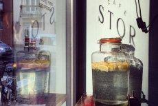 W nowootwartej kawiarni Stor na warszawskim Powiślu w wielkim słoju serwuje się wodę z cytryną