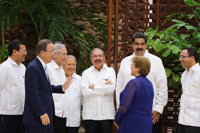 Przywódcy podczas ceremonii podpisania traktatu pokojowego