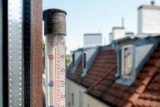 Upały panują także w Polsce. Zdjęcie termometru okiennego, który wskazuje 59 stopni w słońcu, wykonano 26 czerwca w Poznaniu o godzinie 10:25.