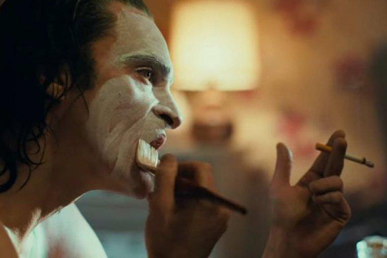 """Po niezwykle ciepłym przyjęciu na festiwalu w Wenecji widzowie ostrzą sobie zęby na nowego """"Jokera""""."""