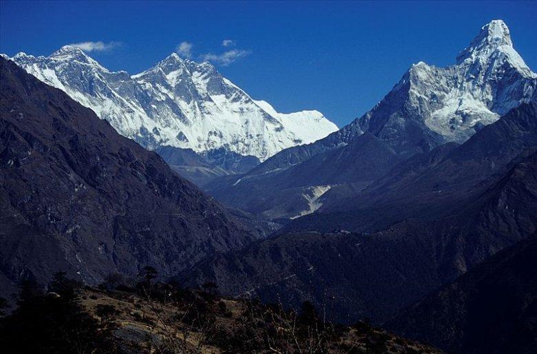 Everest za chmurami po lewej
