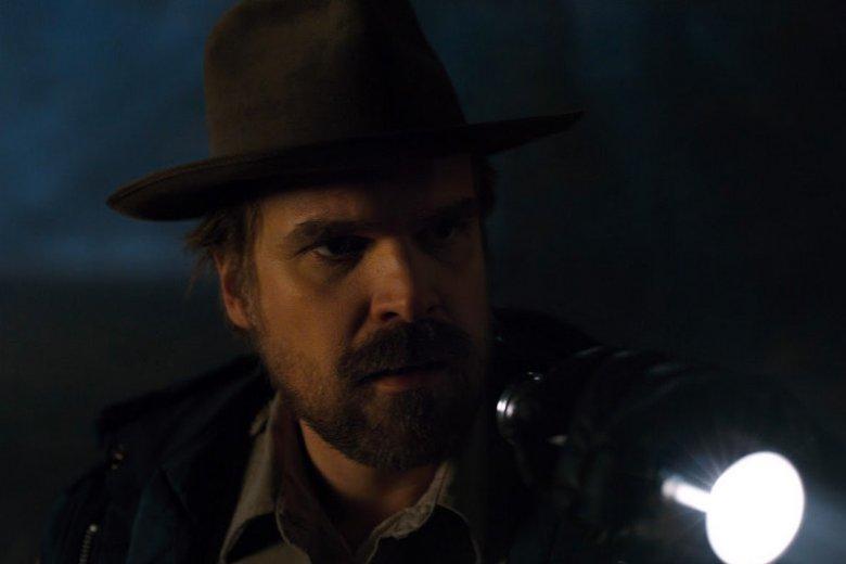 Jim Hopper - szeryf-niedowiarek, później strażnik tajemnicy. Odnajdzie Jedenastkę?
