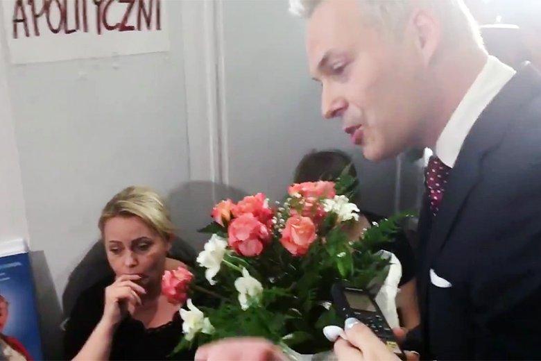 Poseł Jacek Żalek przyszedł w czwartek z kwiatami i przeprosinami do protestujących w Sejmie.