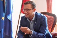 Były rzecznik prasowy PSL został w 2014 roku prezydentem Ciechanowa. Teraz o Krzysztofie Kosińskim zrobiło się głośno z powodu pomnika smoleńskiego.