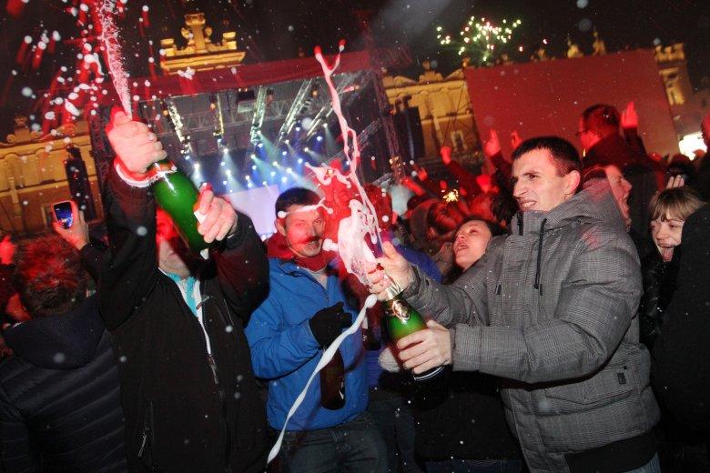 """Sowieckoje Igristoje czyli """"ruski szampan"""" to trunek, bez którego nie wyobrażamy sobie imprezy sylwestrowej."""