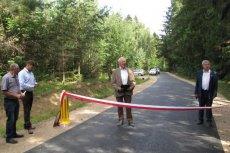 Otwarcie nowego drogi w gminie. Na środku stoi Piotr Sinkiewicz, pewniak do wygranej w wyborach. Po prawej ustępujący Jan Racis.