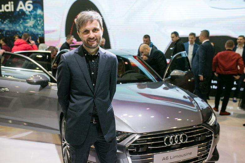Ten skromny facet to Parys Cybulski, który jest stylistą stojącego za nim Audi A6.