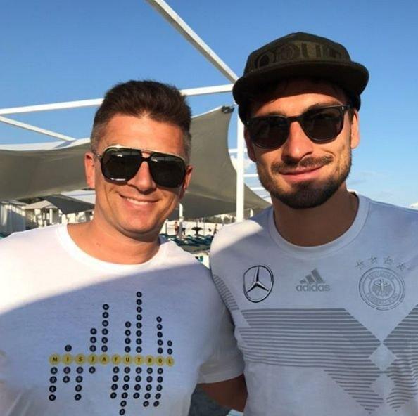 Mateusz Borek z Matsem Hummelsem podczas mundialu w Rosji.