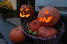 Wydrążone dynie ze świecą w środku nazywająsię Jack-o'-lantern i są jedną z tradycji na Halloween